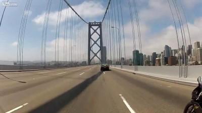 Полиция пытается удержать колонну хрустиков на мосту золотые ворота