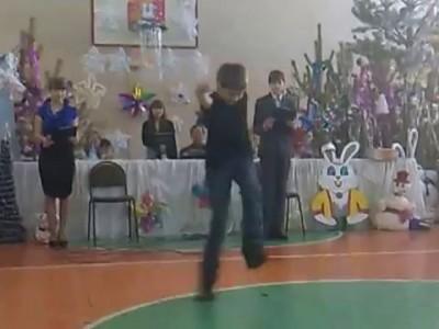 Пацан танцует