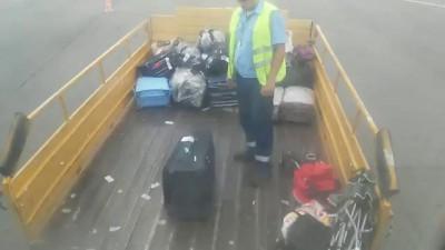 Аэропорт Волгоград, 29.07.14. Разгрузка багажа