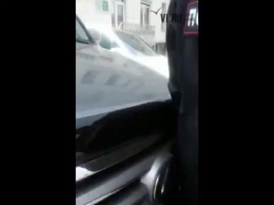 VL ru Депутат поссорился с стражами правопорядка, пытаясь проехать через первомайское шествие