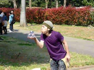 Японец жонглирвет шарами