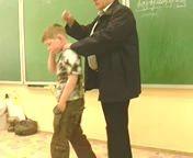 Папаша воспитывает чужого ребенка в школе