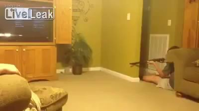 Бесстрашный охотник Fearless kid hunts on a mouse