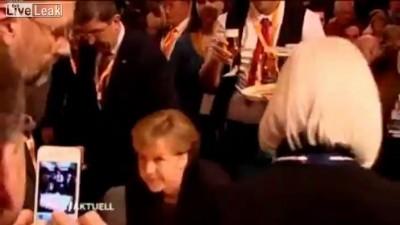 Ангелу Меркель облили пивом