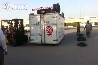 Пакистанские водители переворачивают грузовики