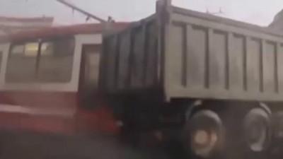 Авария на дороге 2015! Трамвай против самосвала, победил самосвал ДТП
