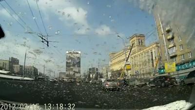 Пешеход снес зеркало фокуснику