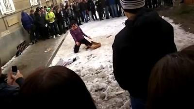 Девушка избивает коробку
