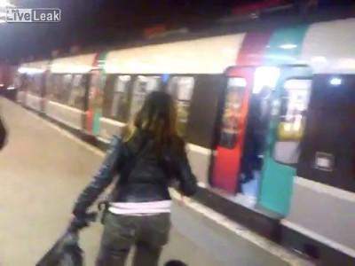 французская курица допрыгалась ,стояла и блокировала двери метро ...