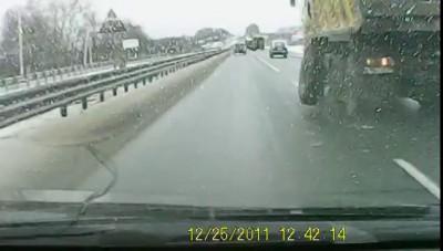 У грузовика на ходу оторвались колеса