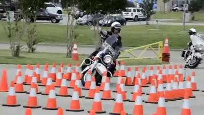 Полисмен сдаёт тест на вождение мотоциклом