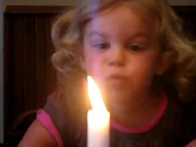 Ребенок всеми силами пытается задуть свечку :)