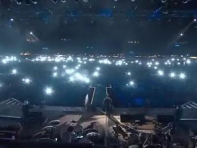 Тысячи вспышек на концерте Робби Уильямса