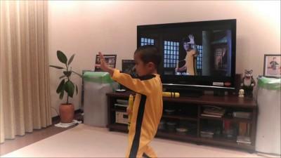 5ти летний мальчик копирует Брюса Ли