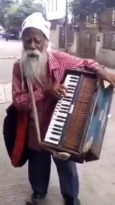 Поет и играет