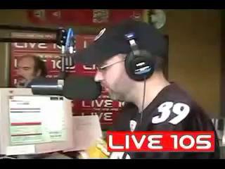 Чувак на радио читает рэп голосами LL Cool J, Snoop Dog, DMX и Jay-Z