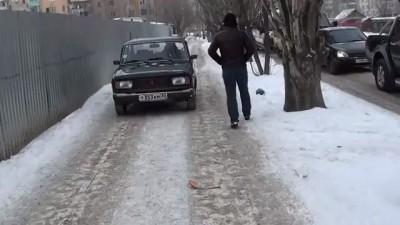 давят пешеходов на тротуаре