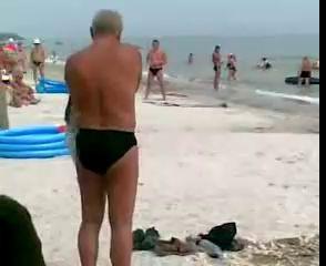Как мужик на пляже одевался