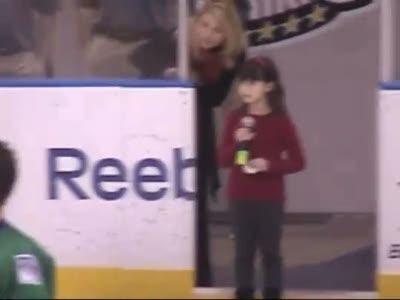 8-летняя Elizabeth Hughes поет гимн США