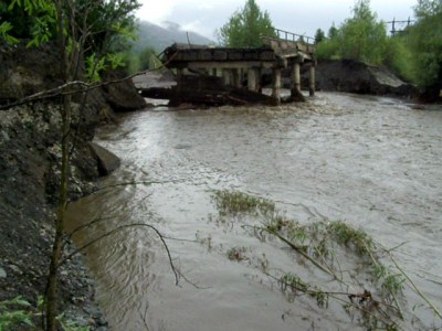 Река смыла мост