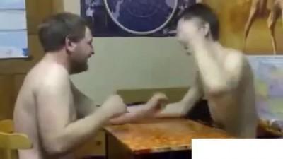 2 идиота играют в камень-ножницы-бумага на пощечины