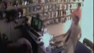 Аккумулятор мобильника взорвался в руках продавца