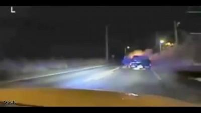 Полицейский спас водителя из горящей машины .