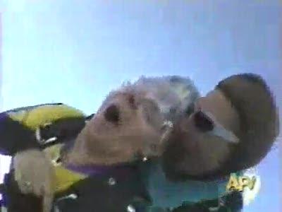 Бабули спускаются с парашютом!