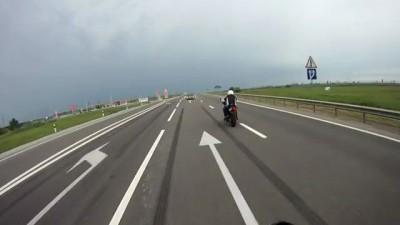 Бутылкой в мотоциклиста