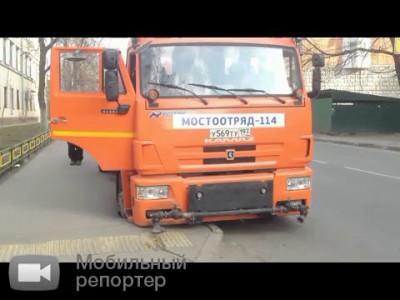 Провал грунта на Гольяновской улице