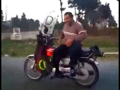 Расслабленный мотоциклист