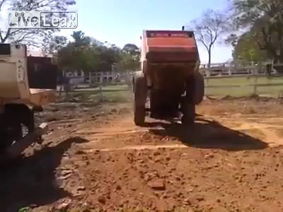 Эпическая загрузка небольшого подъемника в кузов грузовика