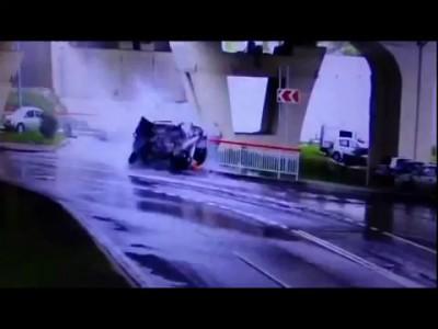 Range Rover упал с моста в Сочи
