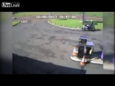 Чувак жестко расшибся на мотоцикле