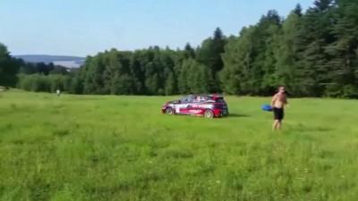 Гоночная машина во время ралли чуть не сбила ребенка
