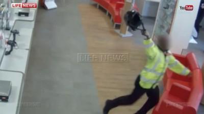 В Лондоне охранник обезвредил грабителя шлемом