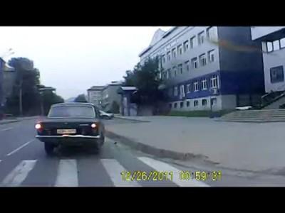 Прыгнул ласточкой на машину .