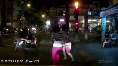 Вьетнамские скутеристы дёрнули сумку и попались .