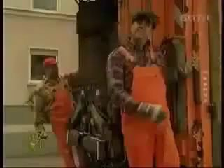 Девушку очаровали два мусорщика :)) Смешное видео
