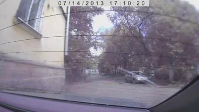 Молодняк крадет шильдики с авто
