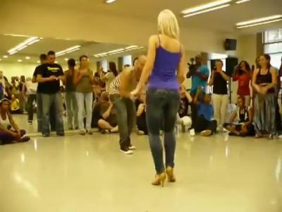 Прекрасный танец красивой попы