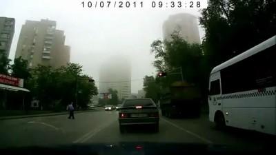 Как ведут себя пешеходы на российских дорогах...
