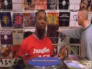 Продавец дисков в магазине