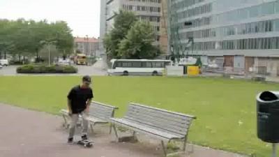 Скейтеры и автобус