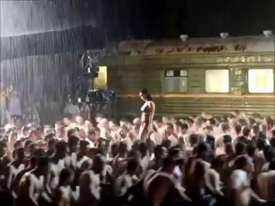 """Солистка """"Серебра"""" эротично станцевала перед толпой мужиков под дождём"""