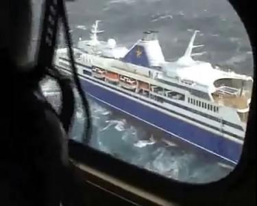 Небольшой круизный лайнер попал в шторм