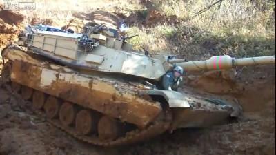 Abrams M1A1 застрял в грязи