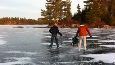 Спасение олень с ледяного озера в Канаде