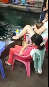 Девочка смотрит порнушку на планшете.