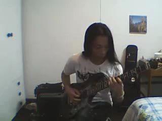 Китаец играет на гитаре